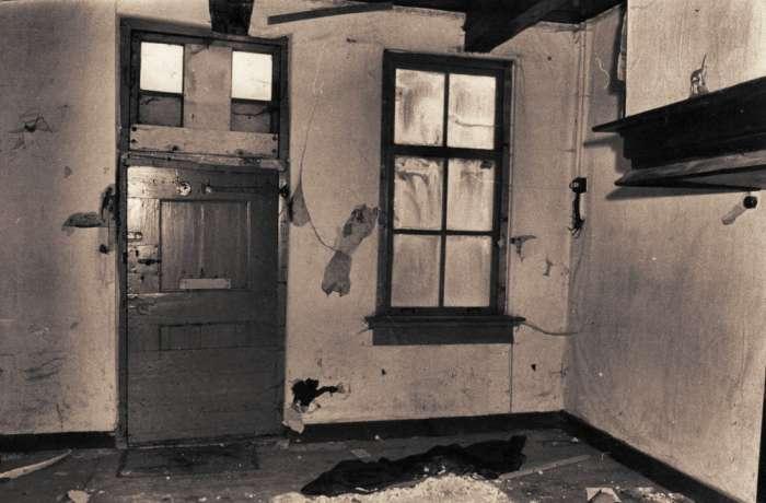 Lege woonkamer in één van de arbeiderswoningen uit 1782 tijdens de ...